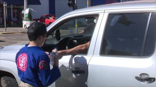 Um grupo de jiu-jitsu vende água no semáforo para poder angariar fundos para competições
