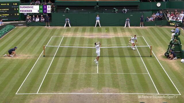 Federer sobe à rede, faz o voleio e mata o ponto no smash