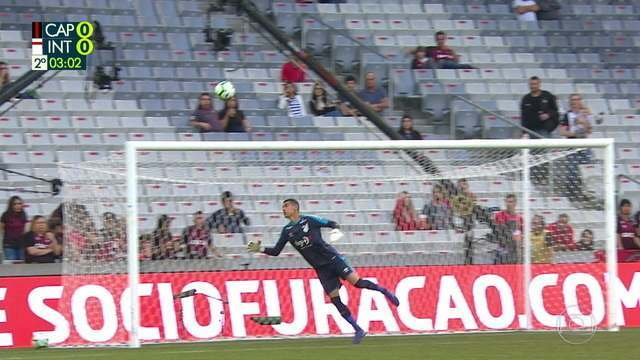 Rafael Sobis tenta de longe e a bola assusta Santos, aos 2` do 2º tempo
