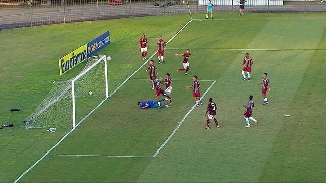 Na trave! Flamengo pressiona e Gomez acerta poste depois de chute prensado, aos 12 do 1º