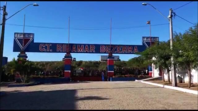 Torcida do Palmeiras lota CT do Fortaleza