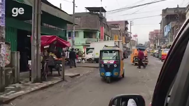 Trânsito perto do Complexo de Villa Maria del Triunfo do Pan de Lima