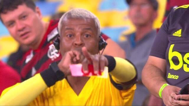 Torcedor figura imita árbitro na arquibancada durante Flamengo x Inter pela Libertadores