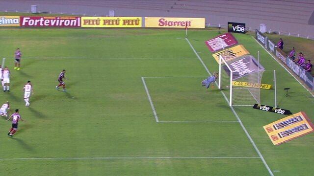Murilo Henrique chuta mais uma, e a bola explode no poste superior do Vila aos 2 do 2º tempo
