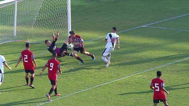 Milagre! Goleiro do São Paulo faz três defesas incríveis evitando o gol do Vasco, aos 17' do 1ºT