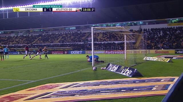Marlon cobra falta, mas Kozlinski faz a defesa no centro do gol, aos 17' do 2º tempo