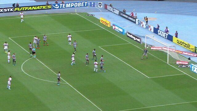 Reinaldo cruza da lateral, Pablo desvia e Tchê Tchê finaliza por cima do gol, aos 07' do 1º tempo