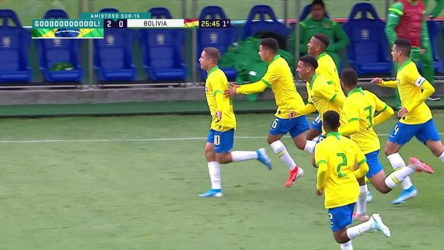 Gol do Brasil! Em uma tremenda falha da zaga boliviana, Arthur rouba a bola e manda por cobertura, aos 25 do 1º
