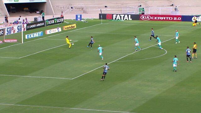 Pepê é lançado na área do Goiás, mas para no goleiro, aos 05' do 1º tempo