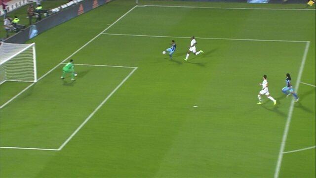 Roine recebe passe em profundidade e chega batendo para o gol, aos 8' do 1ºT