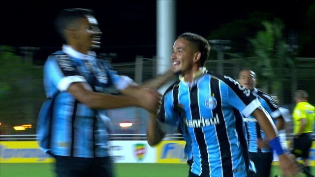 Gol do Grêmio! Jhonata Robert bate o pênalti forte, no alto, e abre o placar aos 36 do 1º tempo