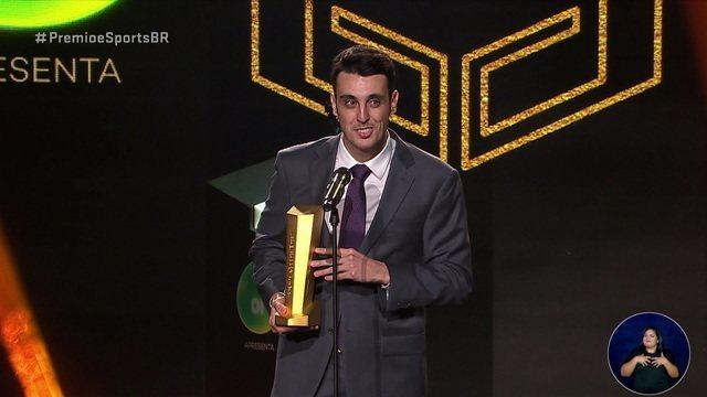 Lucas Rase leva o troféu de melhor atleta na categoria Card Games do Prêmio E-Sports Brasil
