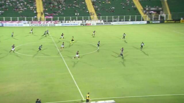 Fabinho avança pelo lado esquerdo e chuta à esquerda do gol do Figueirense