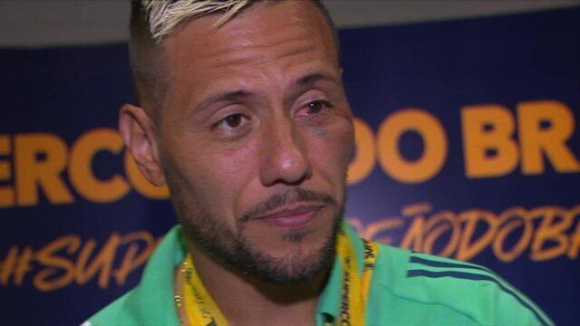 Diego Alves aparece na zona mista com o olho inchado