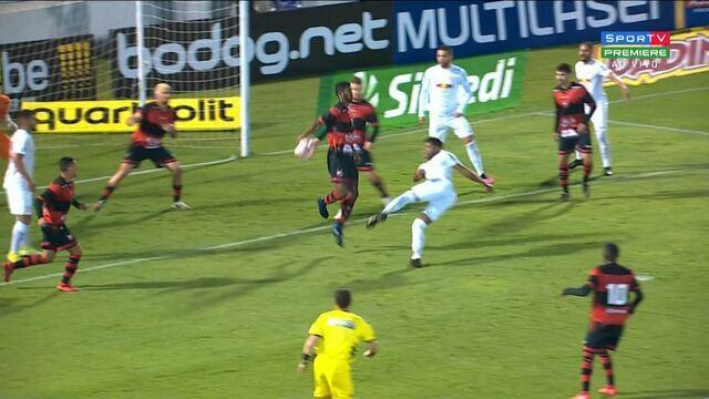 Pênalti para o Bragantino! Matheus Jesus chuta, e a bola toca no braço de Ricardo Silva