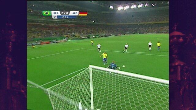 Ronaldinho deixa Ronaldo na cara do gol, mas chute vai para fora, aos 18' do 1ºT