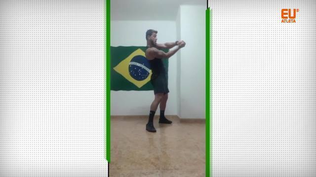 Personal trainer Carlos Ricciotti dá aula inspirada em golpes de espada