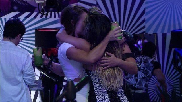 Fani, Natália e Anamara dão beijo triplo ao som de Tim Maia; assista