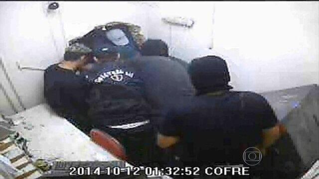 Gravações mostram PMs ajudando ladrões de caixas eletrônicos