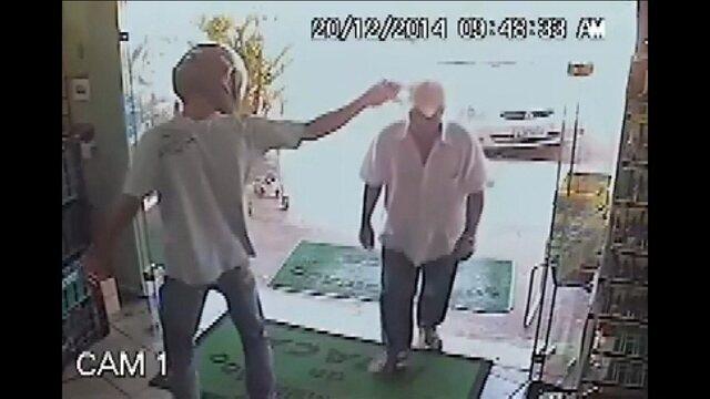 Homem distraído não percebe assalto e desafia bandido armado