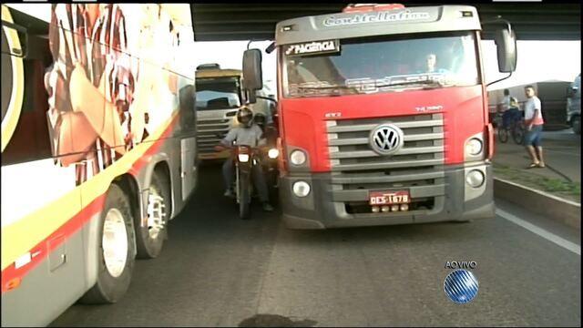Atos de trabalhadores na BA fecham rodovias como BR-101 e BR-324; veja