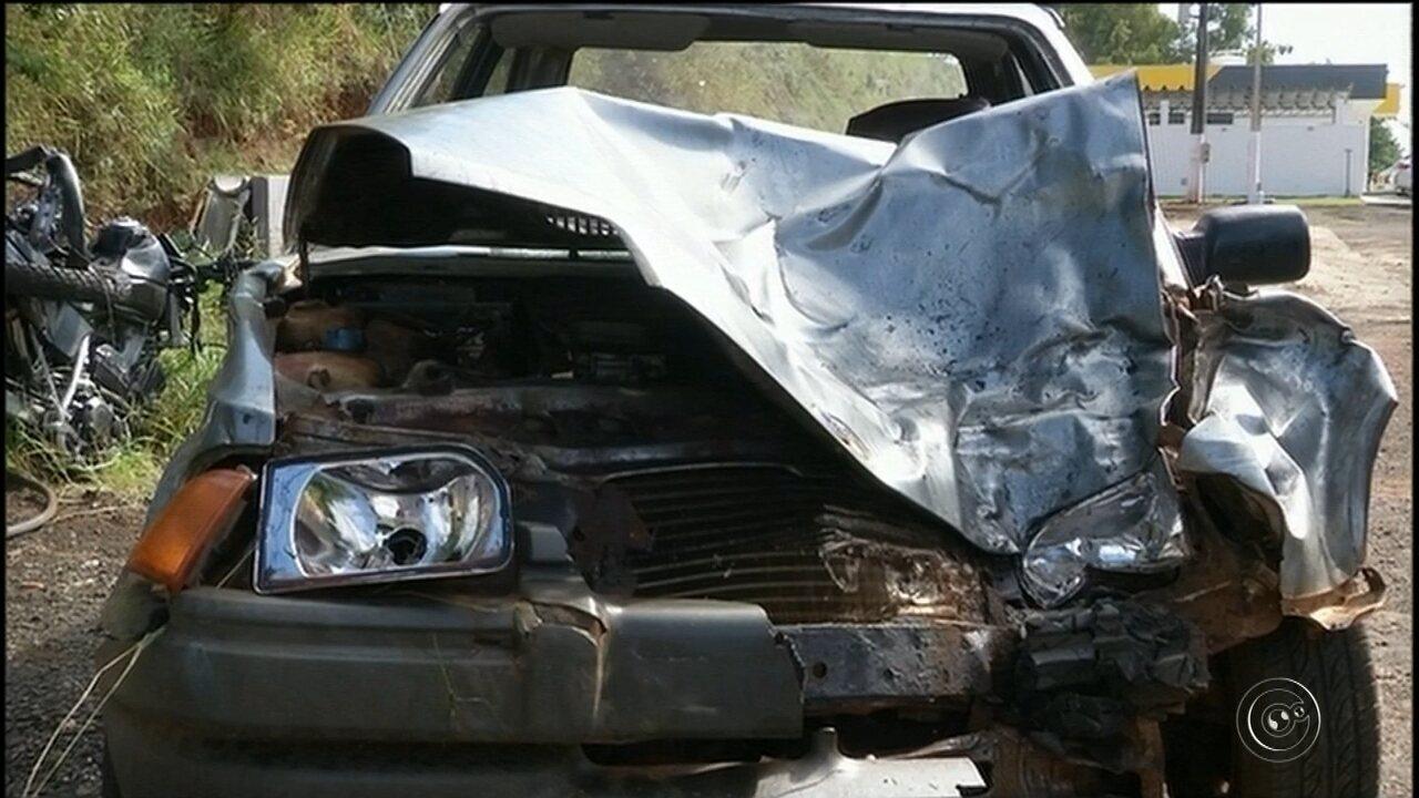 Acidente entre carro e moto deixa três mortos em rodovia de Cerqueira César