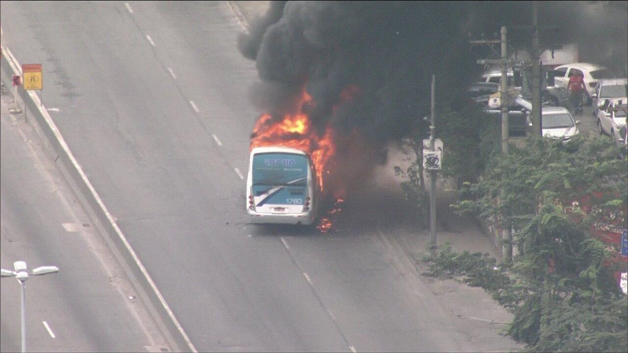 Nove ônibus e dois caminhões são incendiados na Zona Norte e Baixada Fluminense, RJ