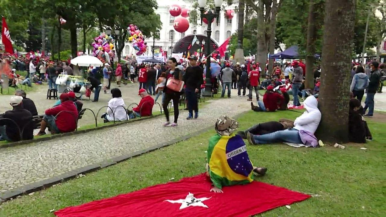 Manifestação a favor do ex-presidente Lula acontece no centro de Curitiba