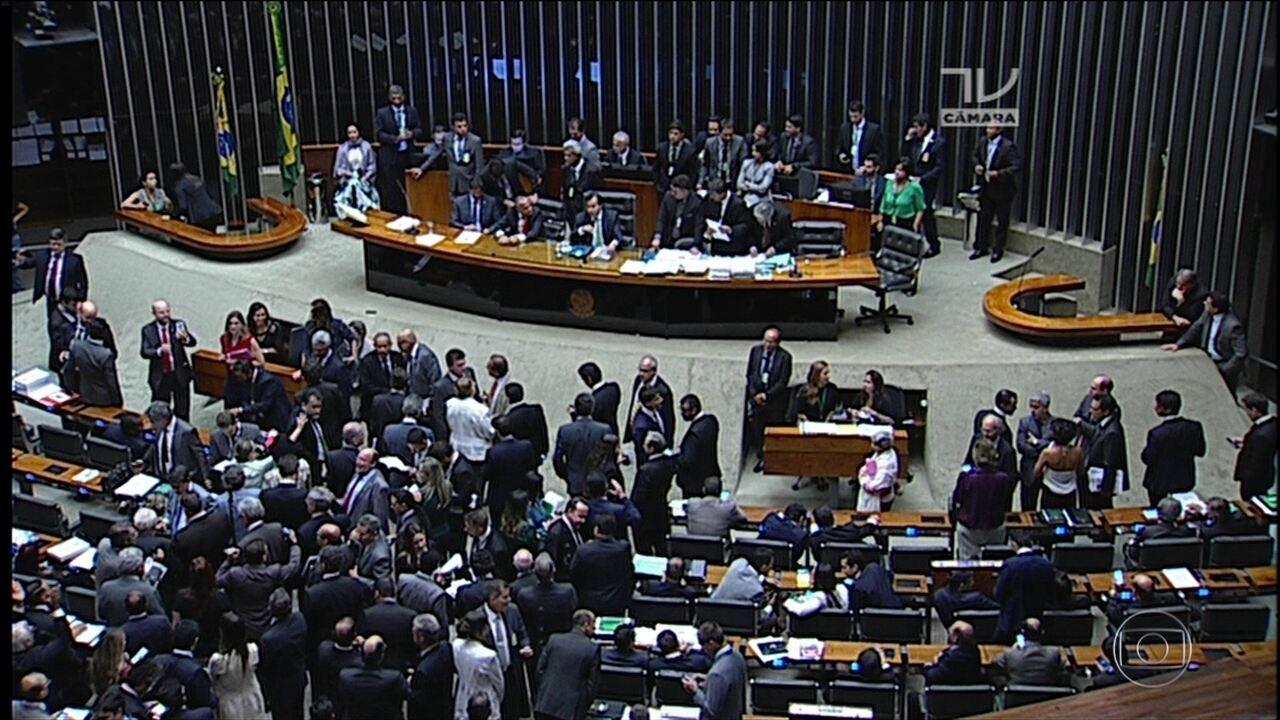 Oposição protocola oito pedidos de impeachment de Temer