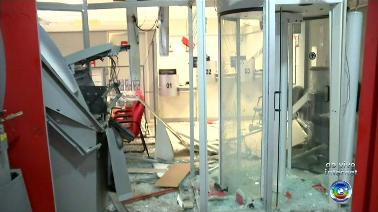 Criminosos explodem caixa eletrônico dentro de prefeitura e morrem em tiroteio com a polícia