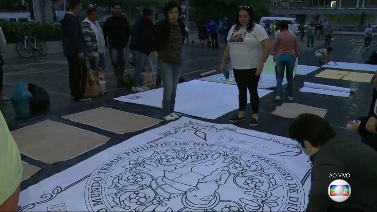 Fiéis montam tradicionais tapetes de sal de Corpus Christi, no Rio