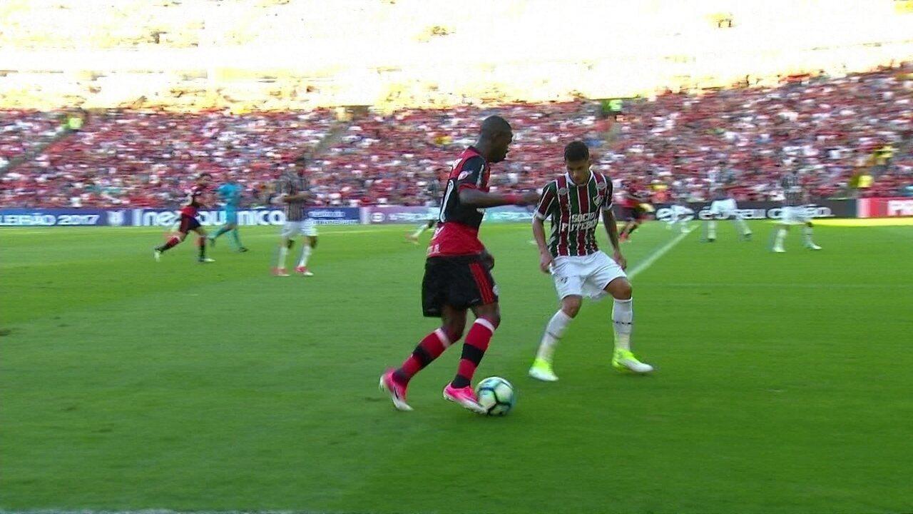 Os garotos Vinicius Junior, do Flamengo, e Mascarenhas, do Fluminense, duelam no clássico
