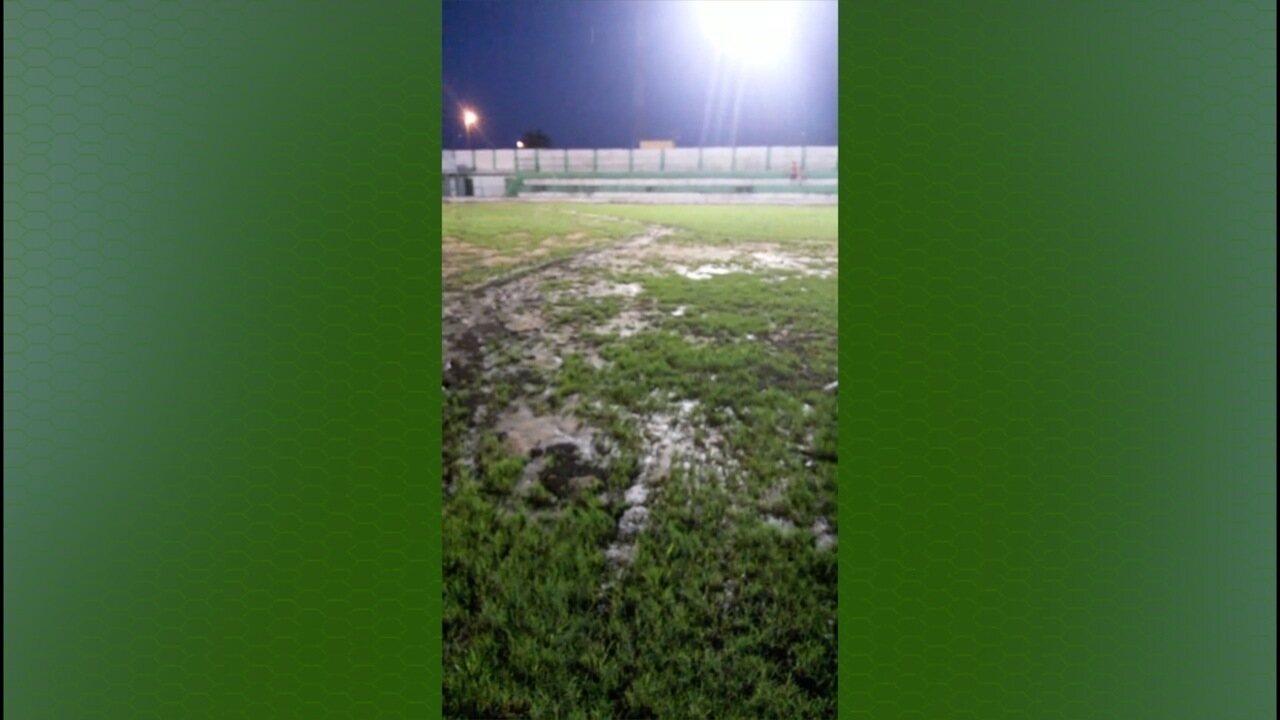 Impraticável: Estádio em Murici vira lamaçal em jogo da Série D