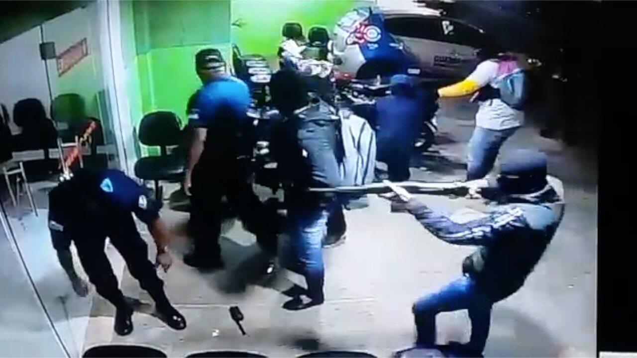 Vídeo mostra quadrilha rendendo guardas municipais antes de atacar banco, Correios e lotérica no RN