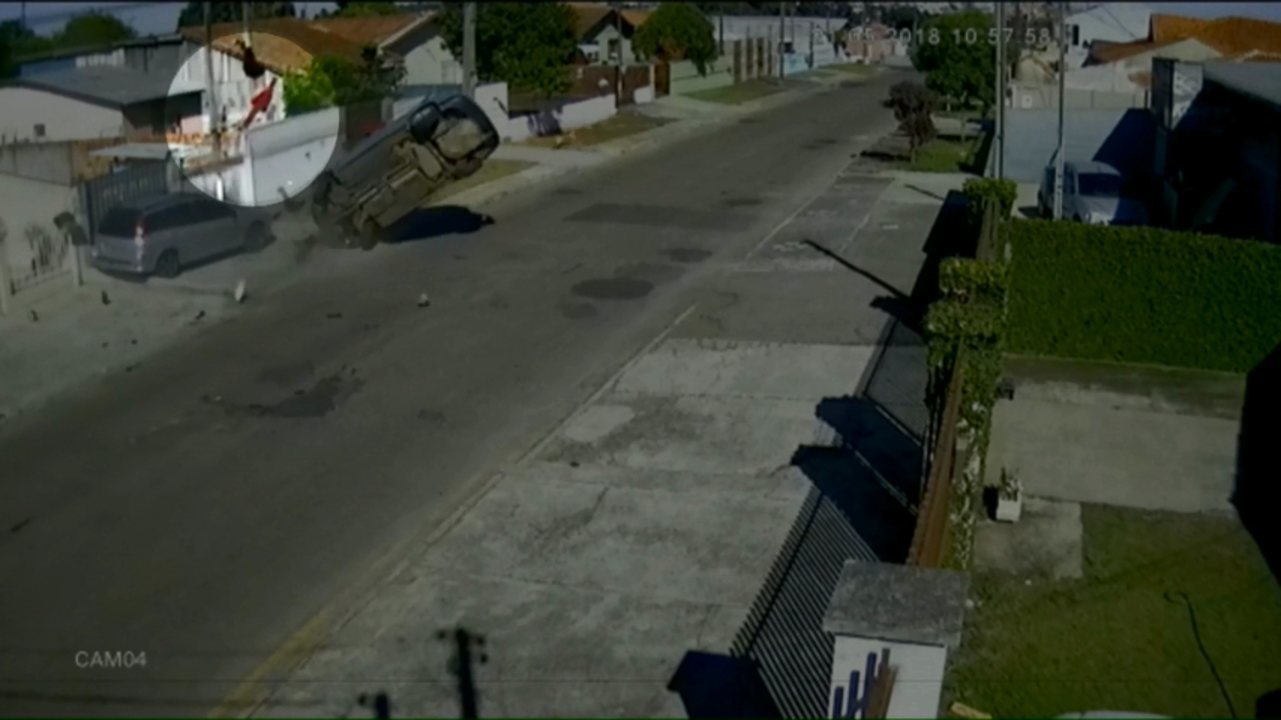 53263897f6d Ladrão  voa  do carro durante fuga em Ponta Grossa - G1 Paraná - Oeste e  Sudoeste - Paraná TV 2ª Edição - Vídeos - Catálogo de Vídeos