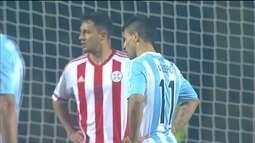 <p>  A Argentina chega mais uma vez, só que a zaga paraguaia afasta o perigo antes que Agüero chegasse para finalizar.</p>