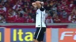<p>  Renato Augusto recebe com espaço, bate colocado de perna direita, e a bola passa raspando a trave de Alisson.</p>