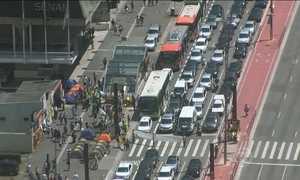 Manifestantes protestam na Avenida Paulista, neste sábado (19)