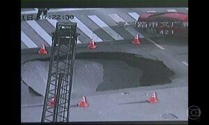 Cratera de 2m de profundidade abre em cruzamento na China
