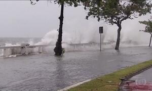 Ressaca no mar provoca estragos em cidades do litoral paulista