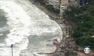 Ressaca provoca ondas de mais de dois metros no Rio