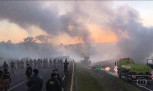 Integrantes do MST e polícia entram em confronto no Paraná