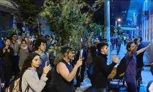 Manifestantes contra fusão dos ministérios da Cultura e Educação protestam