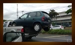 Motoristas se arriscam transportando cargas sem cuidado em Goiás