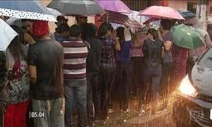 Centenas enfrentam temporal por vaga de emprego