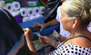 Venezuelanos cruzam a fronteira com a Colômbia para fazer compras