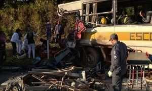 Acidente entre ônibus e caminhão deixa 16 feridos em Pouso Alegre (MG)