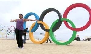 Aros olímpicos são inaugurados na Praia de Copacabana (RJ)