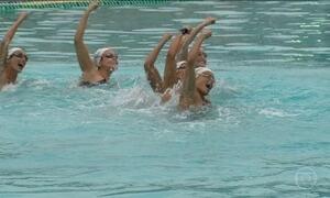Meninas do nado sincronizado disputam pela primeira vez modalidade por equipes