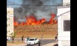 Incêndio no Cerrado assusta moradores de condomínio no Distrito Federal
